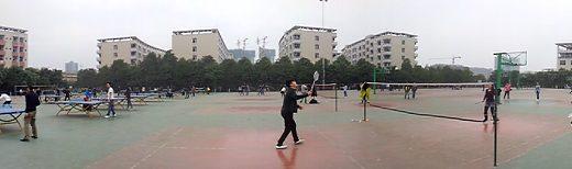 Panorama placu z boiskami i stołami do pingponga
